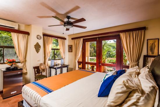 villa nautilus tamarindo chambre lit king size avec terrace vue sur piscine et jardin - Chambre Lit King Size