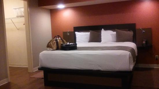 Hotel At WaterWalk: that bed = seriously comfortable!! Such a dream!