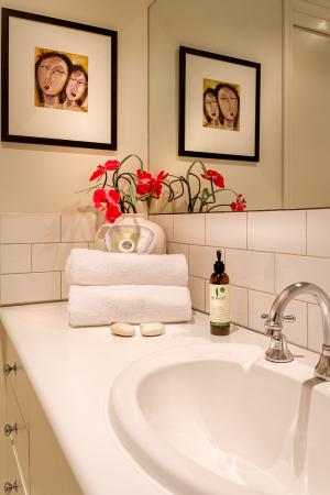 Birches Serviced Apartments: Townhouse Bathroom