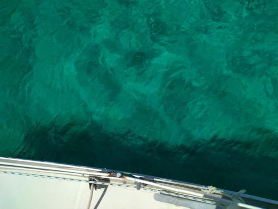 El Porvenir, Panama: Crystal clear water over the edge of the boat