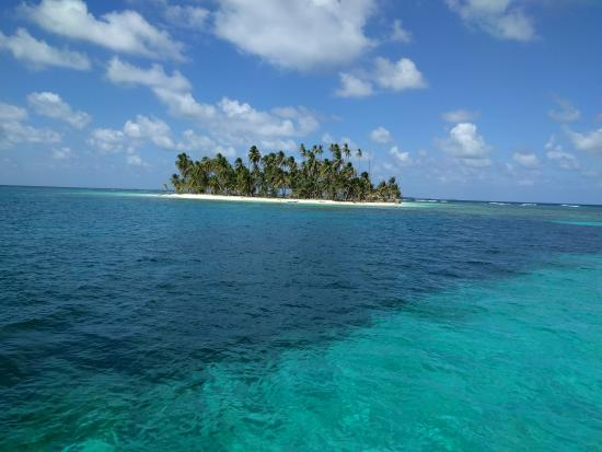 El Porvenir, Panamá: View from the boat of the water & one of many small islands