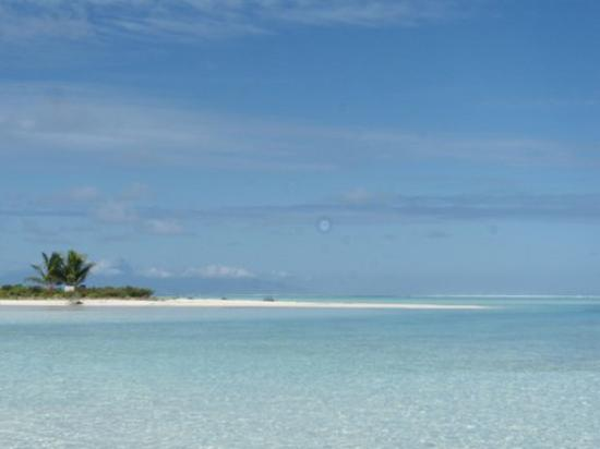 Society Islands, French Polynesia: Toujours dans le lagon, plage de sable blanc