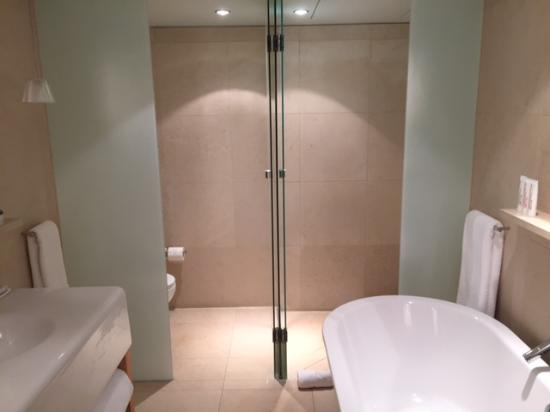 St Martins Lane London Hotel: Great Bathroom/toiletries