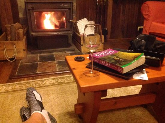 Mount Glorious, ออสเตรเลีย: Feet up in front of the fire after a day's birding in the 'DAguilar Forest.