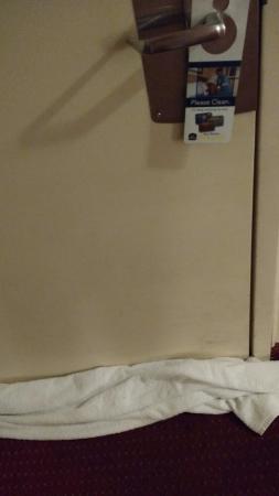 BEST WESTERN Chula Vista Inn: Toallas grandes en  la abertura debajo de la puerta, para que no entren insectos!!!!