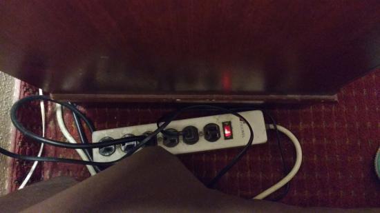 BEST WESTERN Chula Vista Inn: Asi son los enchufes de las lamparas de la habitacion