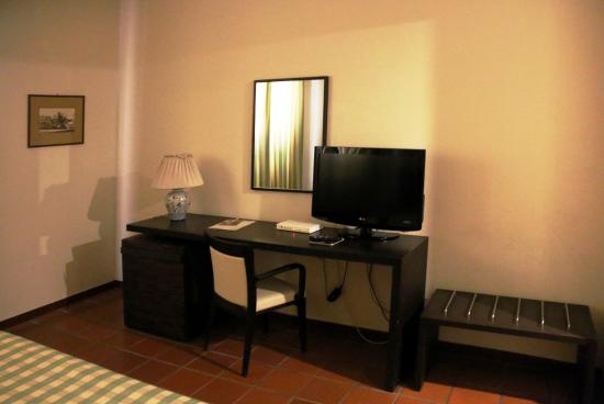 Hotel Orizzonte - Acireale: room 127 television and desk