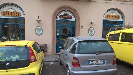 Cupra Marittima, Italy: Вход в магазин с площади около остановки автобусов на Рим