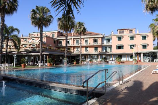 Hotel Orizzonte - Acireale: The hotel from across the swimming pool