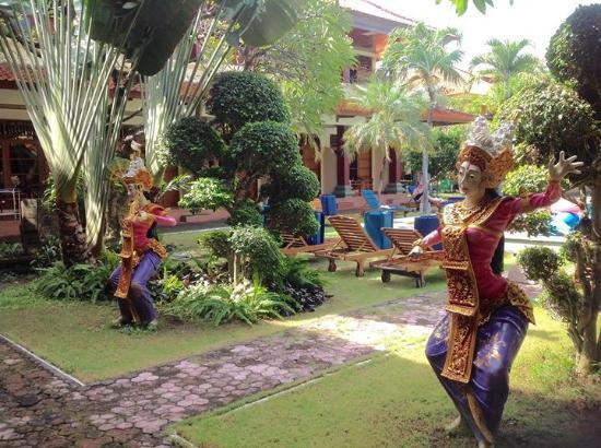 Masa Inn: Gardens around large pool