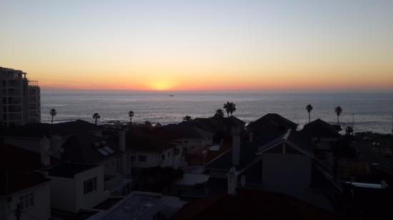Bantry Bay Suite Hotel: Sunset over the ocean as viewed from the balcony