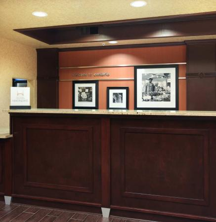 Hampton Inn & Suites Ontario: Front Desk