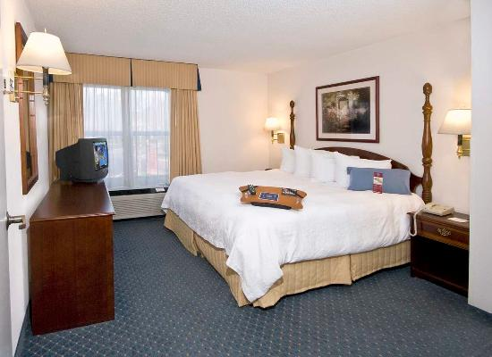 Hampton Inn and Suites Raleigh/Cary-I-40 (PNC Arena): King Suite Whirlpool
