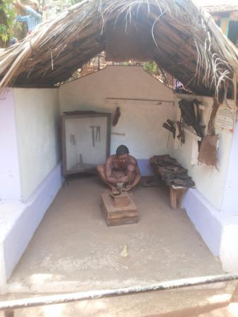 Loutolim, India: cobbler statue