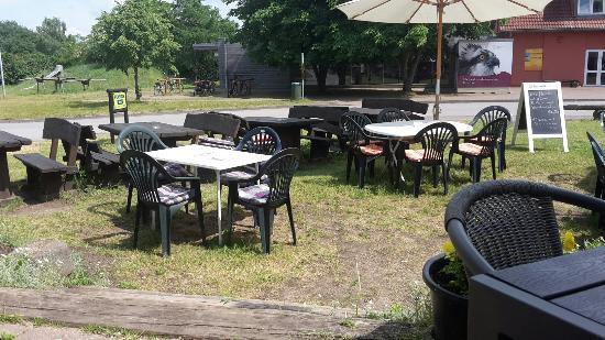 Schwarzenhof b Kargow, Duitsland: Sitzen vor dem Lokal