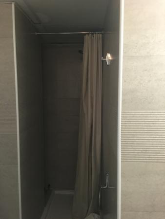 Ligure Hotel : Une fois le rideau de douche tiré, on y voit plus rien