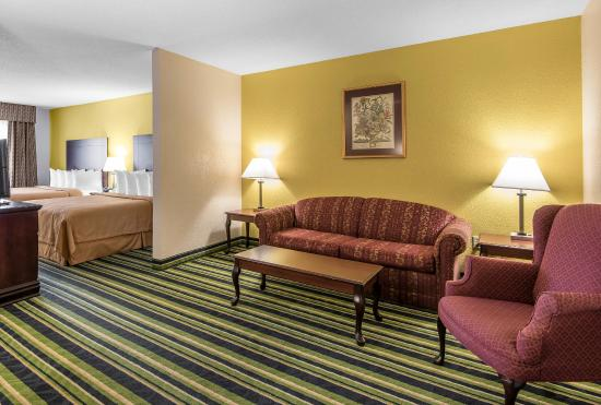 Quality Suites Airport Kansas City: Guest room