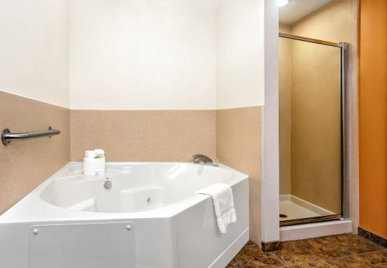 Lecanto, FL: King Suite Guest Bathroom with jetted tub and shower