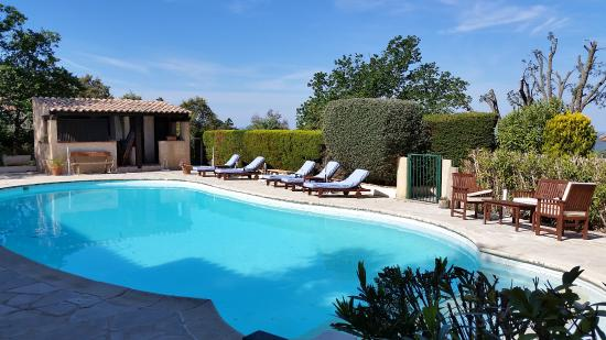 Hotel l'Estirado des Adrets : La piscine vue de la terrasse de la chambre