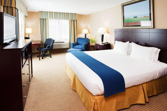 Bellevue, KY: King Bed Guest Room