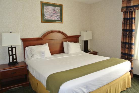 Dahlgren, VA: King Bed Guest Room
