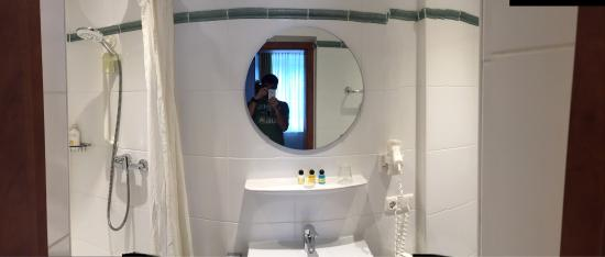 Hotel Der Tannenbaum: Huge rooms, tiny bathrooms...