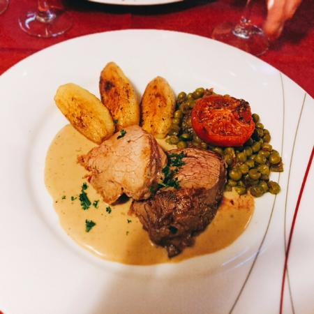 Restaurant La Cloche : Fillet steak of veal and beef, served with creamy sauce, roast potatoes and mixed vegetables