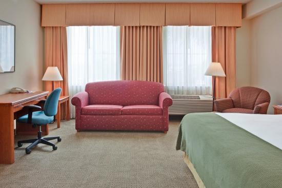 Holiday Inn Express Hotel & Suites, Peoria : Pull out sofa