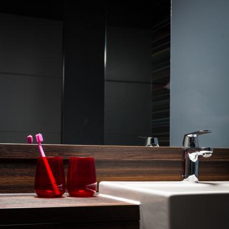 Village Hotel Bournemouth: Standard & Club Room Bathroom