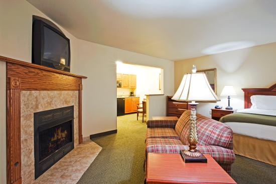 Pounding Mill, VA: Holiday Inn Express & Suites- Jacuzzi  Suite with fireplace