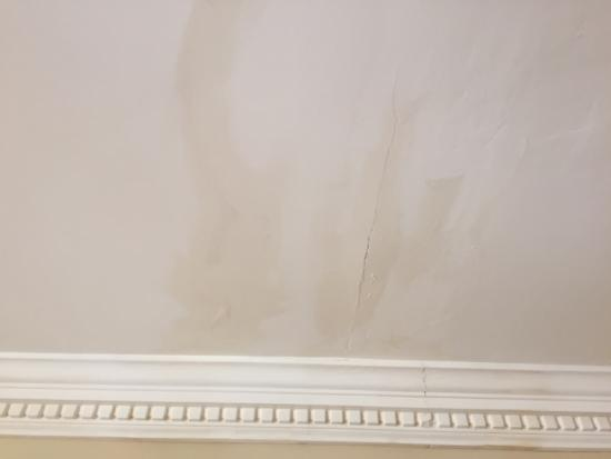 Wolseley Holiday Homes at Mount Wolseley Hotel, Spa & Country Club: Cracked plaster, water stains