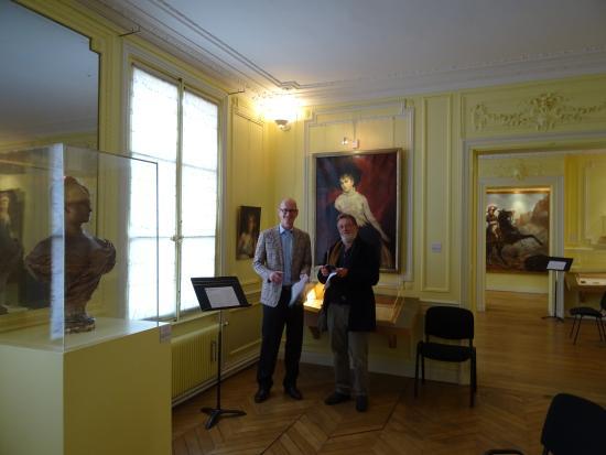 Villers-Cotterets, Francja: schrijver met journalist tijdens prijsuitreiking in maart 2016