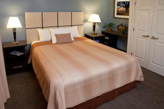 Candlewood Suites Phoenix: One bedroom suite  Bedroom