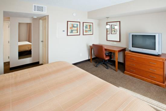 Candlewood Suites Indianapolis Dwtn Medical Dist: Wake refreshed after a good night's sleep in a king size bed!