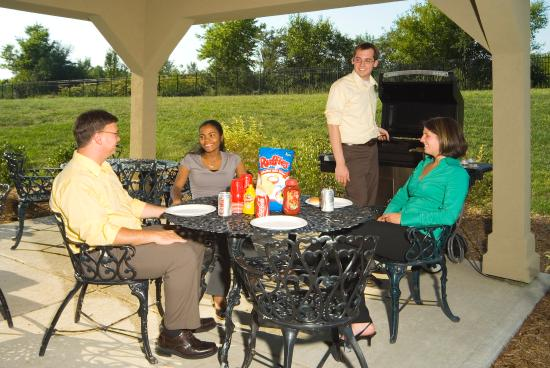 Candlewood Suites Indianapolis Dwtn Medical Dist: Candlewood Gazebo - a great place to meet with friends!