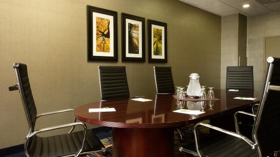 Holiday Inn Hotel & Suites Mississauga: Boardroom for up to 10 People