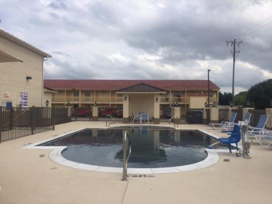 Hotel Exterior Picture Of Days Inn North Dallas Farmers