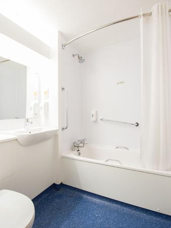 Burghfield, UK: Bathroom with Bath