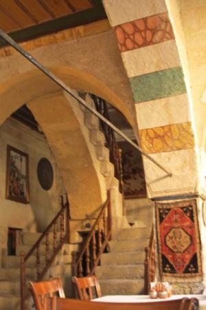 Old Greek House Restaurant and Hotel: DIVIDED STAIRWELL - FASCINATING OLD ARCHITECTURAL DETAIL