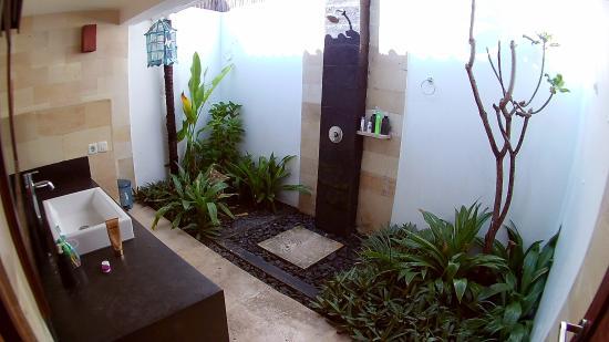 Tir Na Nóg Gili Trawangan Accommodation: semi outdoor bathroom