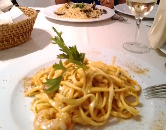 Ristobar Gelateria Il Gabbiano: spaghetti con le vongole e le fantastiche linguine panna e gamberetti..mmmmm