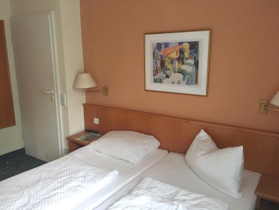 Hotel Jurine: Bad und Schlafzimmer - sauber und der Hotelkategorie durchaus würdig.