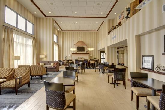 Hampton Inn and Suites Alexandria: Lobby Seating Area
