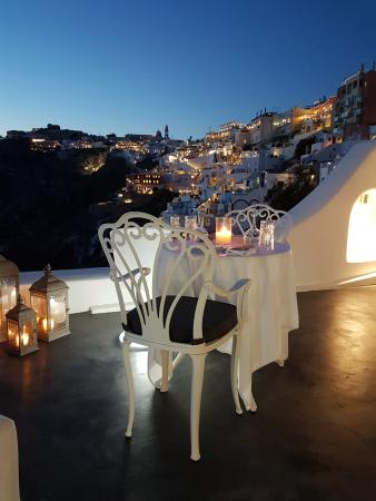 Athina Luxury Suites: Onsite Restaurant - amazing night views