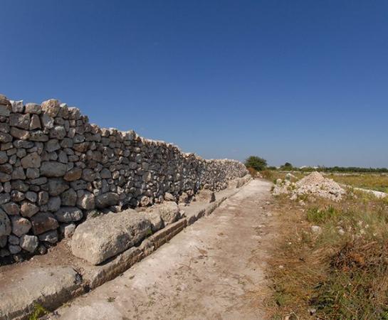 Acquarica di Lecce, Italia: Vista di lato che evidenzia il muro a secco interno ed il paramento esterno di fortificazione.