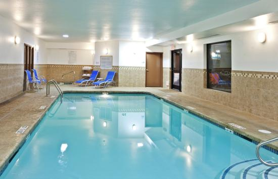 هوليداي إن إكسبريس هوتل آند سويتس: Swimming Pool