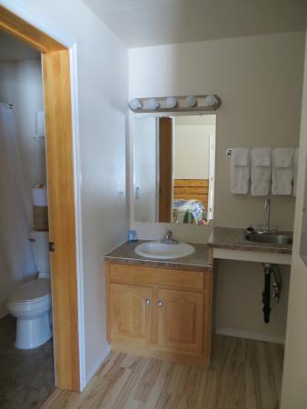 Denali Fireside Cabins & Suites: bathroom area