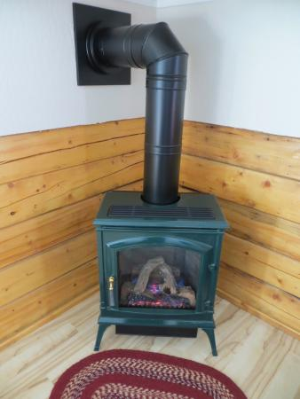 Denali Fireside Cabins & Suites: Our cozy heater for our room that had a thermostat