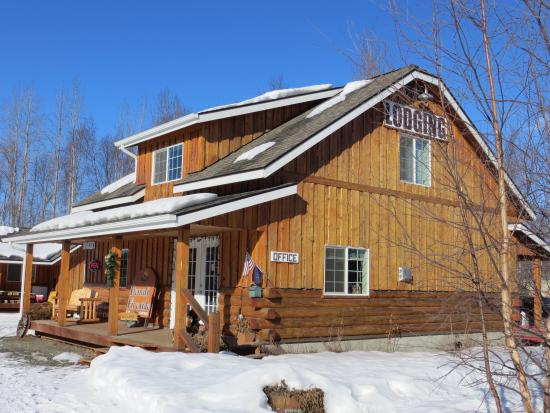 Denali Fireside Cabins & Suites: Outside of the hotel lobby