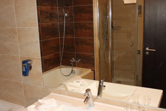 Park Inn Hotel Prague: Sprchový kout a také vana